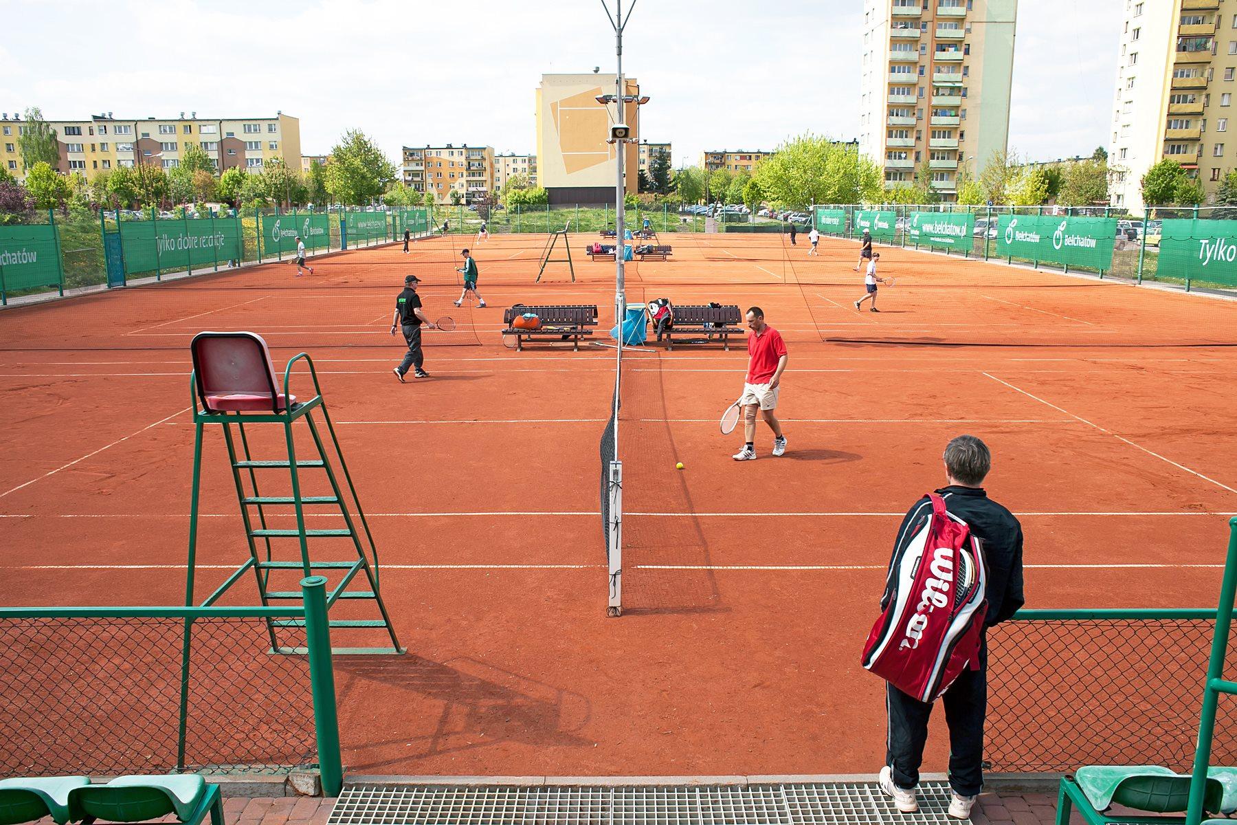 Zawodnik tenisa czekający na wejście na kort