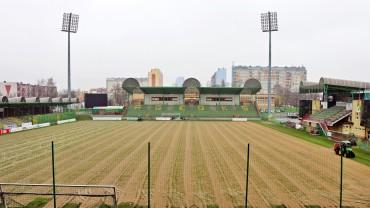 Trwa pielęgnacja murawy Stadionu Miejskiego
