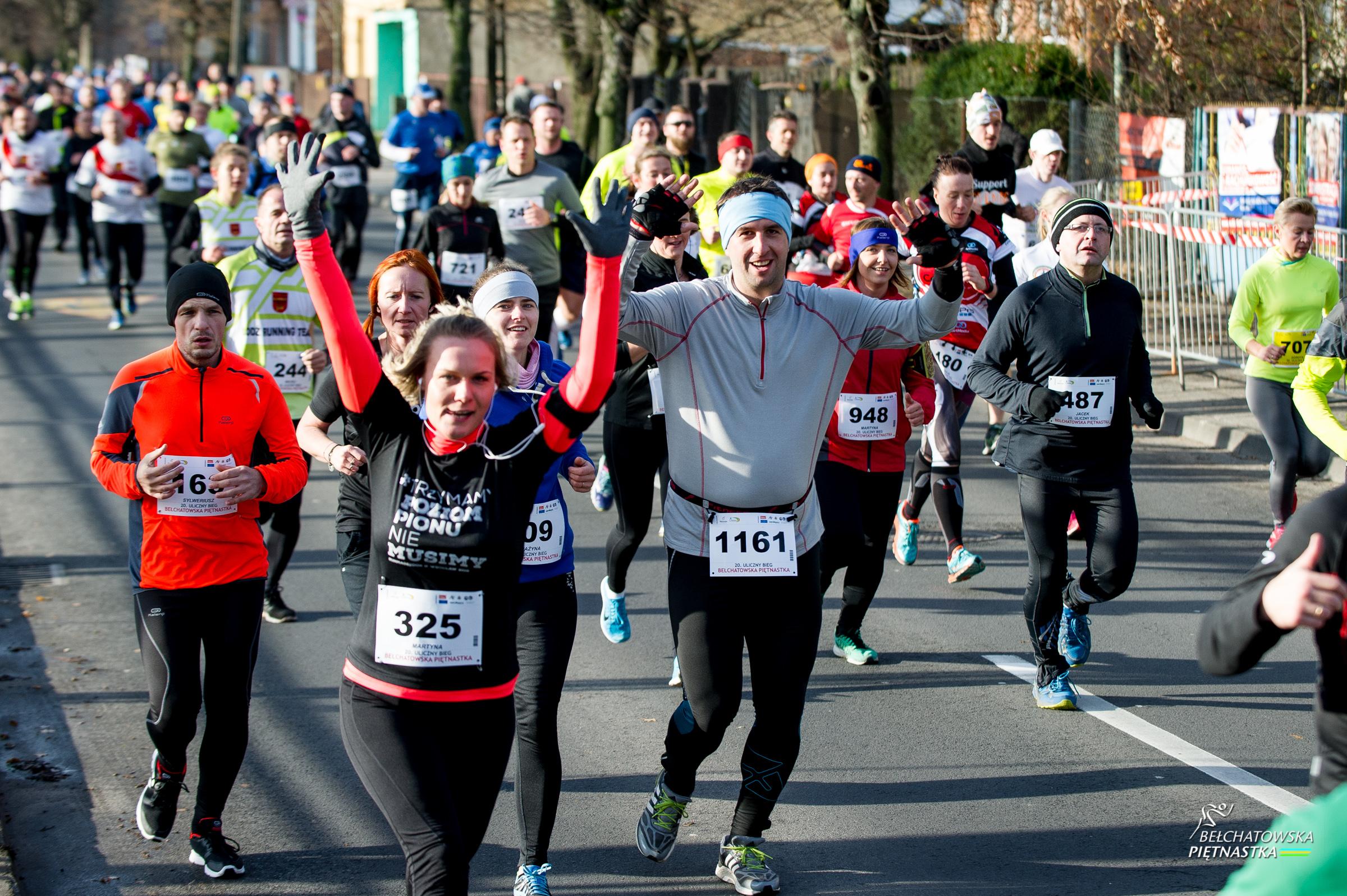 """na zdjęciu widoczna grupa biegaczy w trakcie biegu pn. """"Bełchatowska Piętnastka"""""""