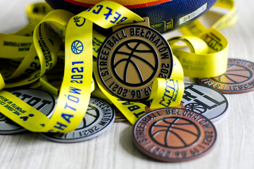 grafika przedstawia złote, srebrne i brązowe medale przeznaczone dla najlepszych w turnieju koszykówki ulicznej Streetball Bełchatów 2021