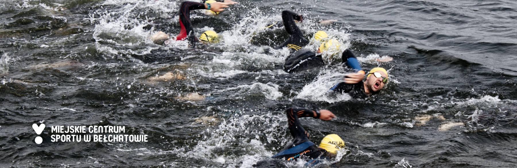 Zawodnicy podczas pływania w zbiorniku Słok